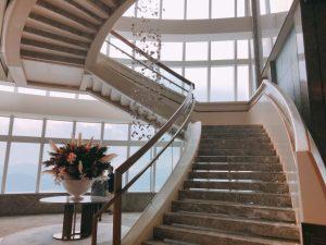 フロントの階段