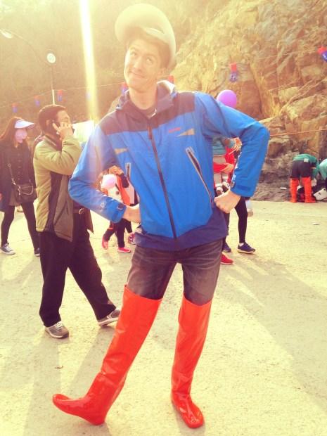 Ajumma visor: check. Bright orange waders: check. Dignity: .....check?