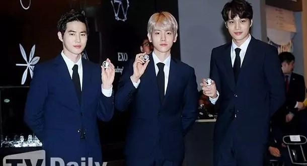 [آراء مستخدمي الانترنت] Suho و Baekhyun و Kai مع عملاتهم التذكارية.