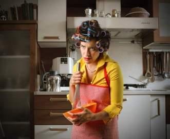 frazzled-mom-in-kitchen