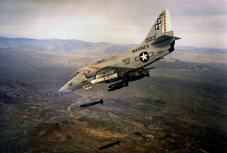 """A-4E Skyhawk(Небесный ястреб). Именно такой, вооруженный самолет скатился с палубы """"Ticonderoga""""."""