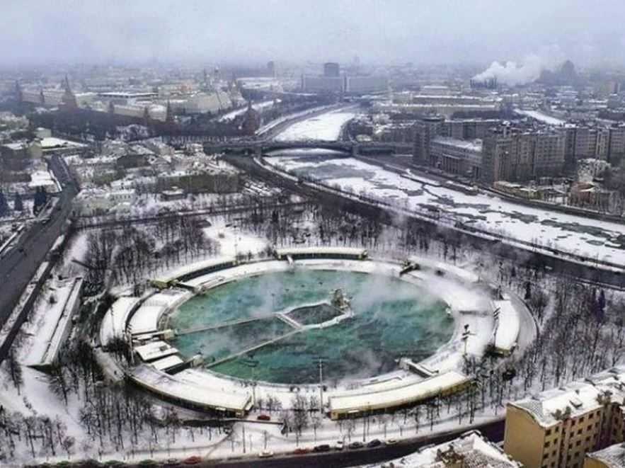 "Бассейн ""Москва"" комплекс на месте храма Христа спасителя."
