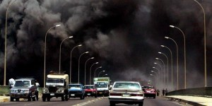 Irak-Krieg: Schwarzer Qualm steigt vom getroffenen Post- und Kommunikationsgebäude auf.