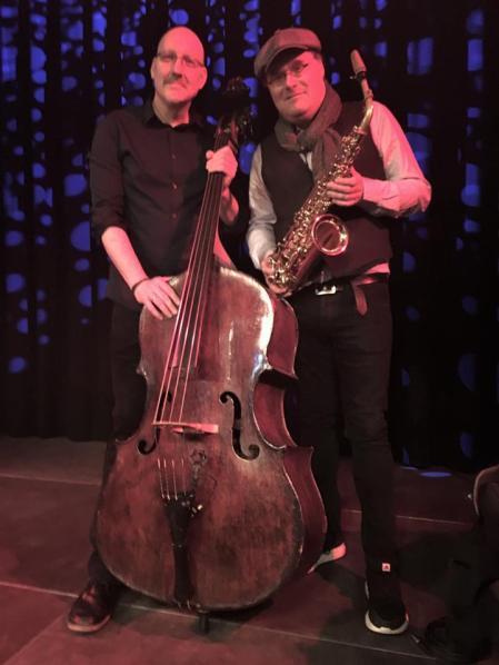 Et stykke dansk jazz musikhistorie var med på scenen torsdag aften i Korsør Kulturhus. Med en medrivende puls og rytme, smuk lyd og lys, i et nærvær med en instrumental varme i de mange Jazz kompositioner, leverede Scott Colley & Benjamin Koppel, et stykke musikalsk univers af dimensioner torsdag aften i Korsør Kulturhus.