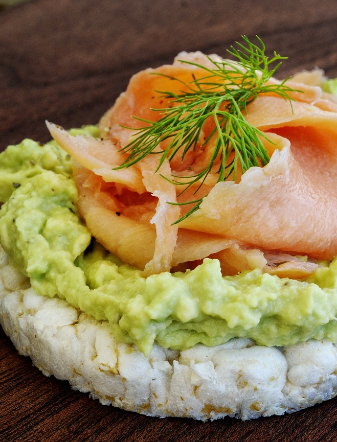 Rice Cakes with Avocado Sauce and Smoked Salmon