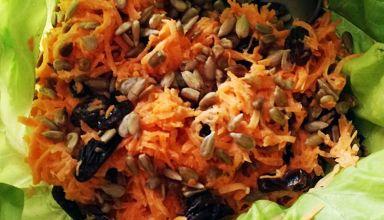 Surówka z marchewki ze słonecznikiem i rodzynkami