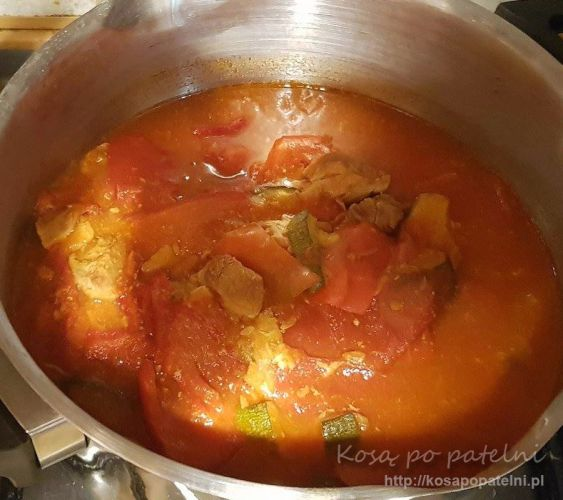 Leczo z mięsem wieprzowym i cukinią garnek