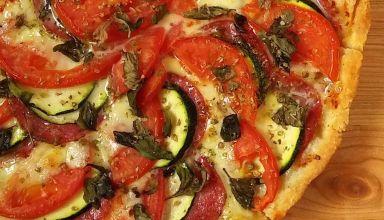 Tarta z salami, cukinią, mozzarellą i pomidorami