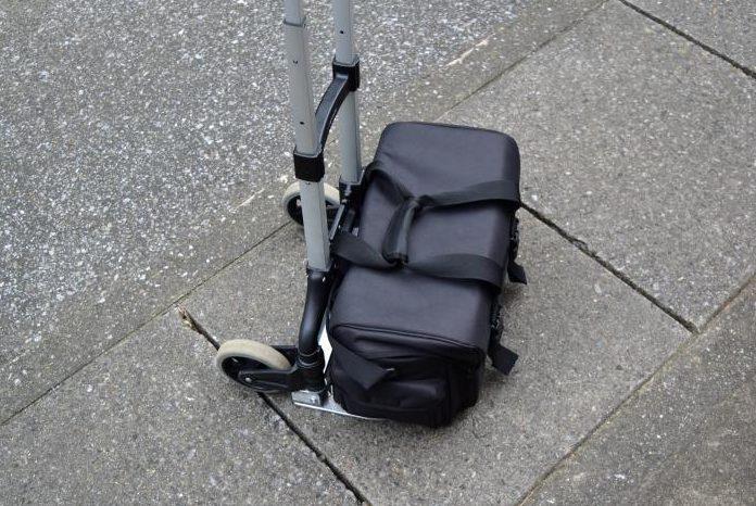 折り畳みキャリーカートにカメラバックを搭載