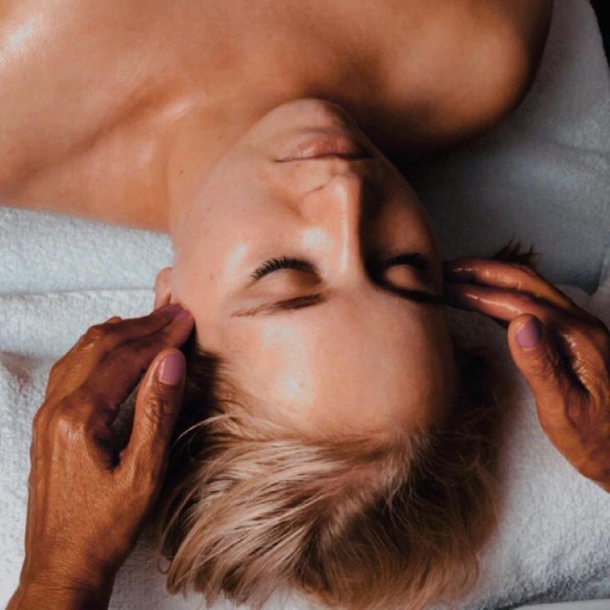 Gesichtsbehandlung Entspannung Massage Wohlfühlmoment
