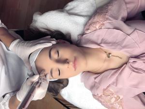 Micro Needling Gesichtsbehandlung Entspannung Wohlfühlmoment