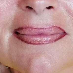 Einbringen der Wunschfarbe eines intensiven, dunklen Lippenrot