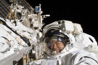 Akihiko Hošide při výstupu do volného kosmu