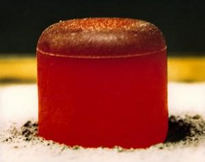 Rozpálená peletka plutonia 238 - pro lidské zdraví nepředstavuje žádnou velkou hrozbu.