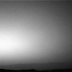 Snímek Navcamu z 19. 10. obsahuje velké procento šumu. Dole je úpatí kráteru Gale.