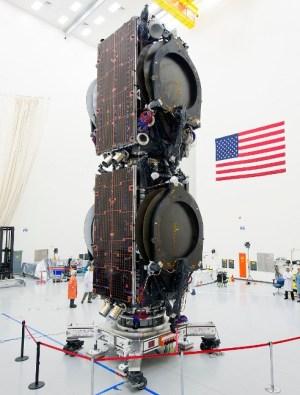 Eutelsat 115 West B a ABS 3A po spojení - Eutelsat je dole, ABS nahoře.Obě družice vznikly na platformě Boeing 702SP.