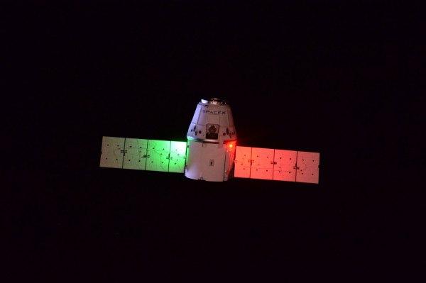 Přibližující se Dragon vypadá s těmi světly tak trochu italsky. Podobné barvy světel používáme na lodích, letadlech i kosmických lodích.
