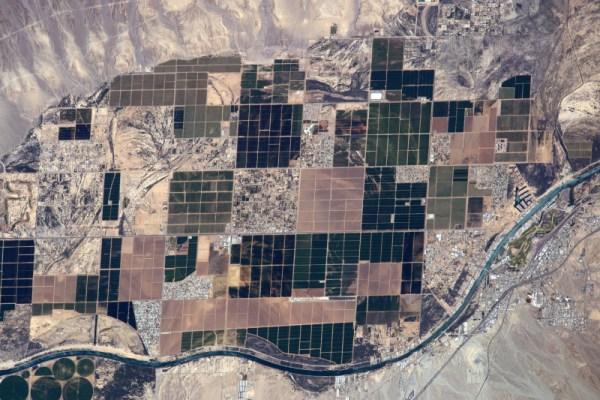 Tahle fotka Arizony vypráví pohádku: přirozené přírodní křivky a nahodilé, lidmi uspořádané geometrické tvary… kdo nakonec zvítězí?