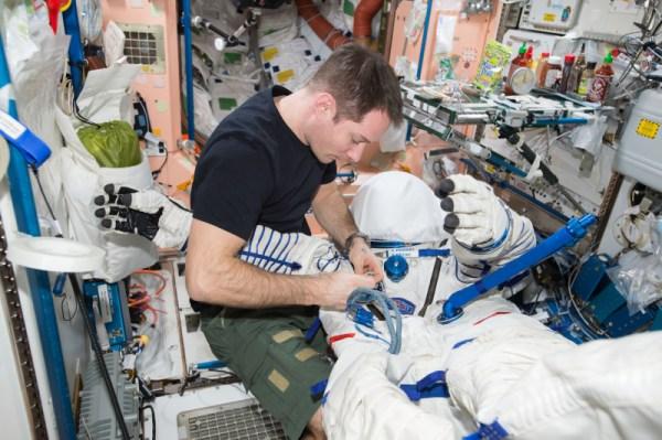Naše skafandry Sokol budeme brzy připravovat pro návrat na Zemi a mít správné nášivky je velice důležité ;)