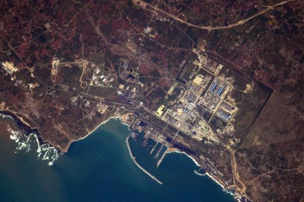 Ačkoliv byla toto původně ropná rafinerie, nyní se více specializuje na fosfor a uhlí. Port Jorf Lasfar, Maroko.