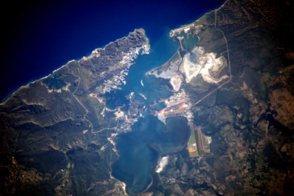 Některá místa jsou tak odlehlá, tajná nebo chráněná, že se k nim prostě nedostanete. Všechna ale mohou být pozorována z vesmíru. Takto vypadá Záliv Guantanamo.