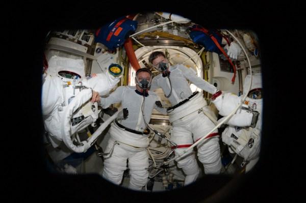 Peggy a Jack v přechodové komoře před zahájením výstupu. Dnes jsme uskutečnili 200. výstup do vesmíru v programu ISS! Je to neuvěřitelný milník a důkaz o profesionalitě všech zúčastněných týmů. Peggy a Jack pracovali mimo interiér stanice, zatímco já jsem ovládal robotickou paži. Všechno nešlo přesně podle plánu, ale obtíže jsme překonali jako tým. Řídící středisko v Houstonu nám poskytlo výborné vedení.