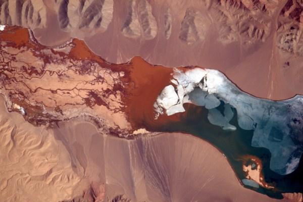 Pestrobarevné jezero ve velké nadmořské výšce v odlehlých východních krajinách Číny.