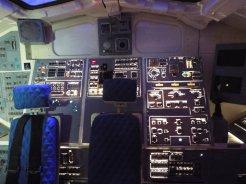 Zadní část kokpitu raketoplánu, spodní paluba