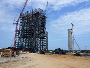 Snímek ze stavby mobilní obslužné/montážní věže