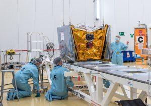 Archivní snímek přípravy družic OneWeb před prvním startem.