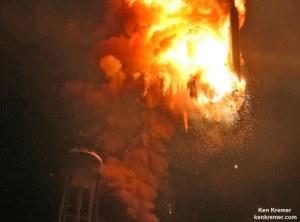 Výbuch rakety Antares 28. října 2014 tak, jak jej zachytil Ken Kremer.