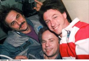 Posádka EO-24 (zleva): Vinogradov, Solovjov, Foale