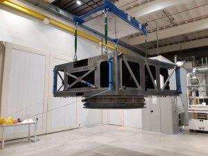 Letový exemplář servisního modulu vzniká v Turíně v čisté místnosti firmy Thales Alenia Space.