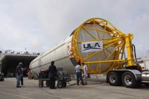 Testovací exemplář prvního stupně rakety Vulcan po vývozu z transportní lodě.