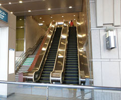 名鉄百貨店メンズ館の1階にある直通エスカレーター