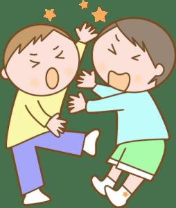 喧嘩をする小学生の男の子