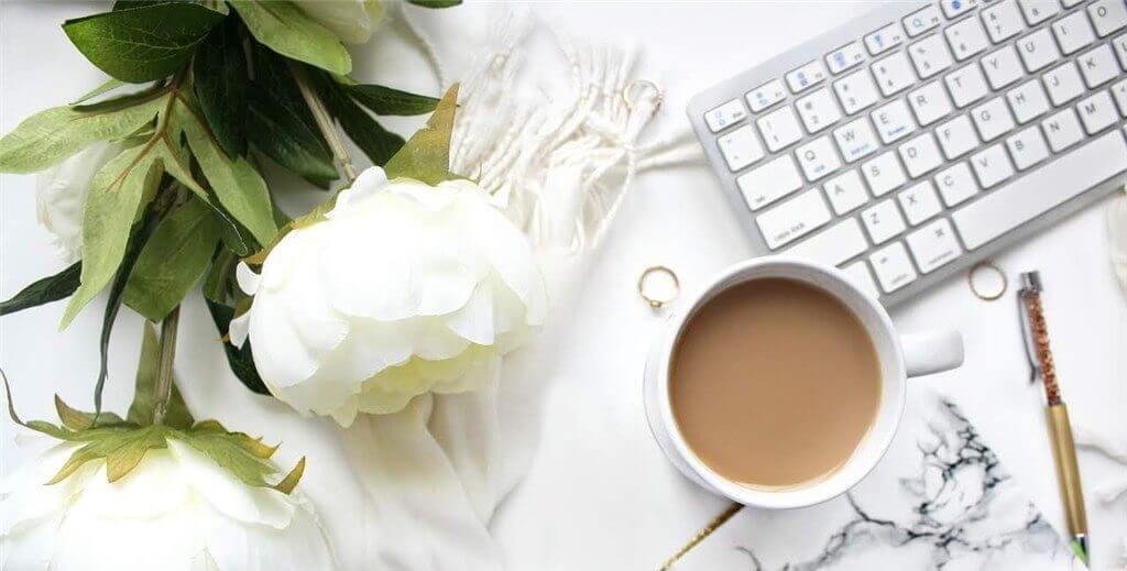 女性が自宅でプログラミングの勉強するためのコンピューターとコーヒー