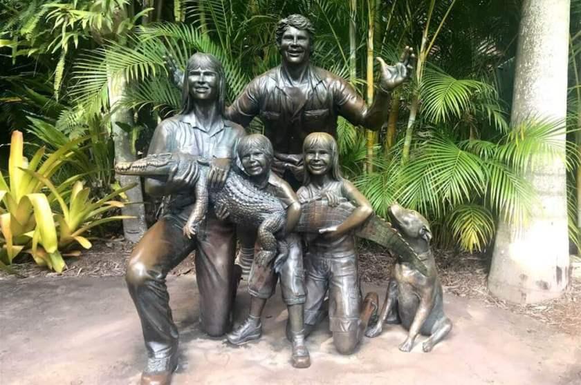 Australia Zoo の設立者 故 スティーブ・アーウィン の記念像を写した写真