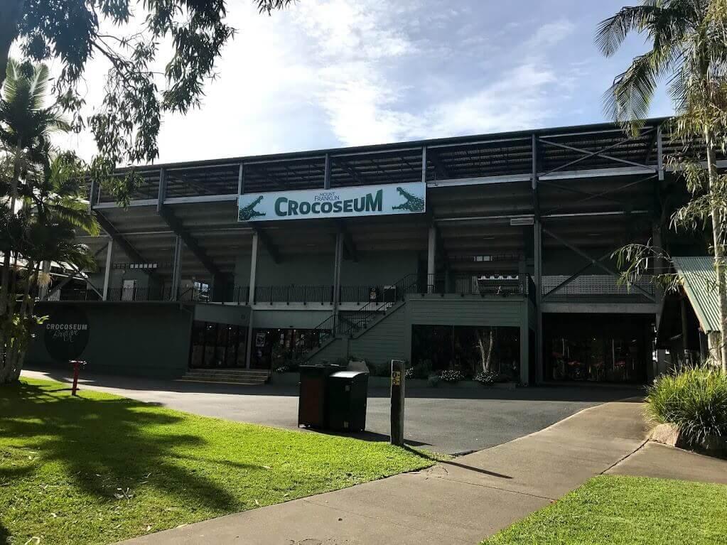 オーストラリア動物園の園内のアイコン的存在『CROCOSEUM』のサインと外観の写真。