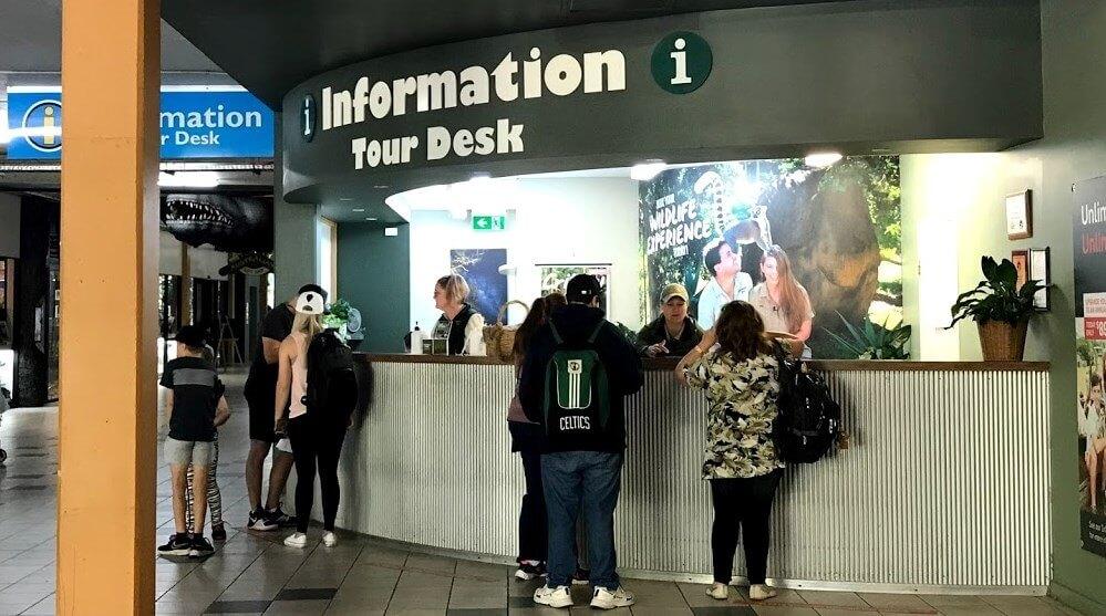 Australia Zoo クロコシアム下のインフォメーションデスクを撮った写真
