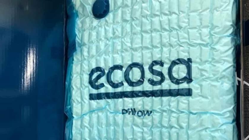 エコサの箱を開けた写真、真空パックに枕が入っている画像。 ©kosodatebrisbane.com