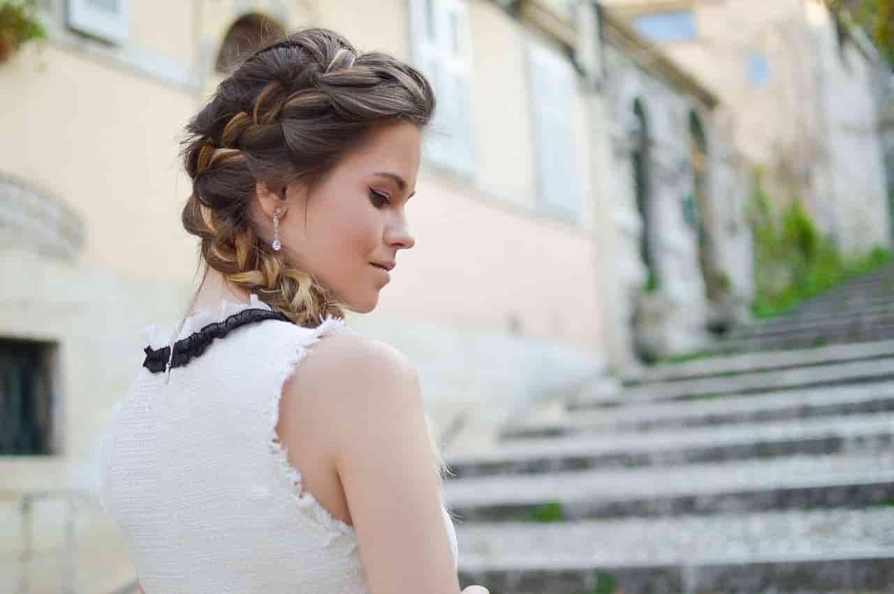 白いワンピースを着た若い女性