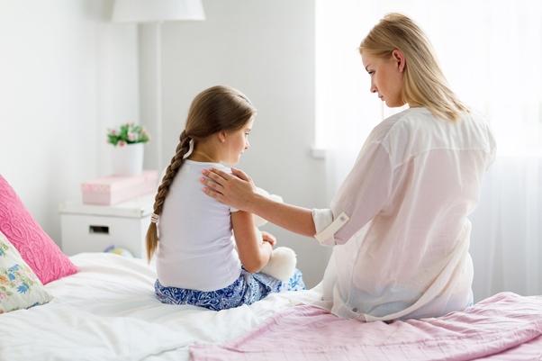 娘を慰める母親