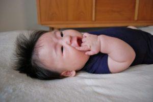 赤ちゃん 泣く 指