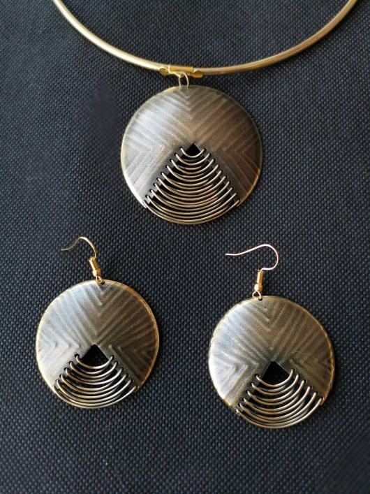 Jewellery set with round necklace and earrings