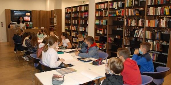 Petaši posjetili Knjižnicu Požeške biskupije u Dijecezanskom muzeju