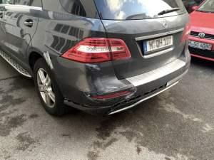 Von Verkehrsunfall am Heck beschädigter Mercedes