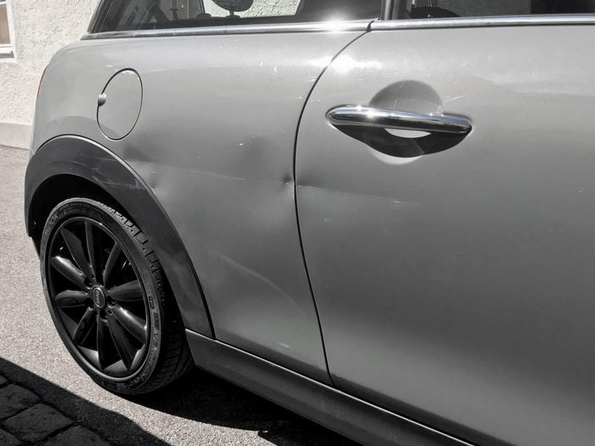 Von Verkehrsunfall beschädigter Mini