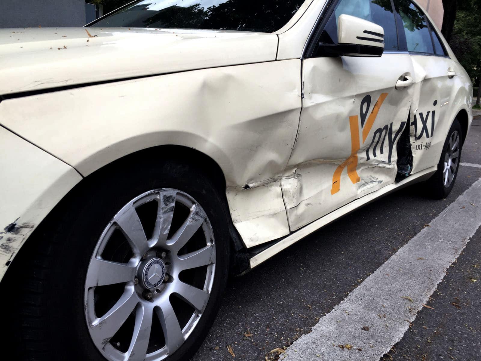 Von Verkehrsunfall beschädigtes Taxi