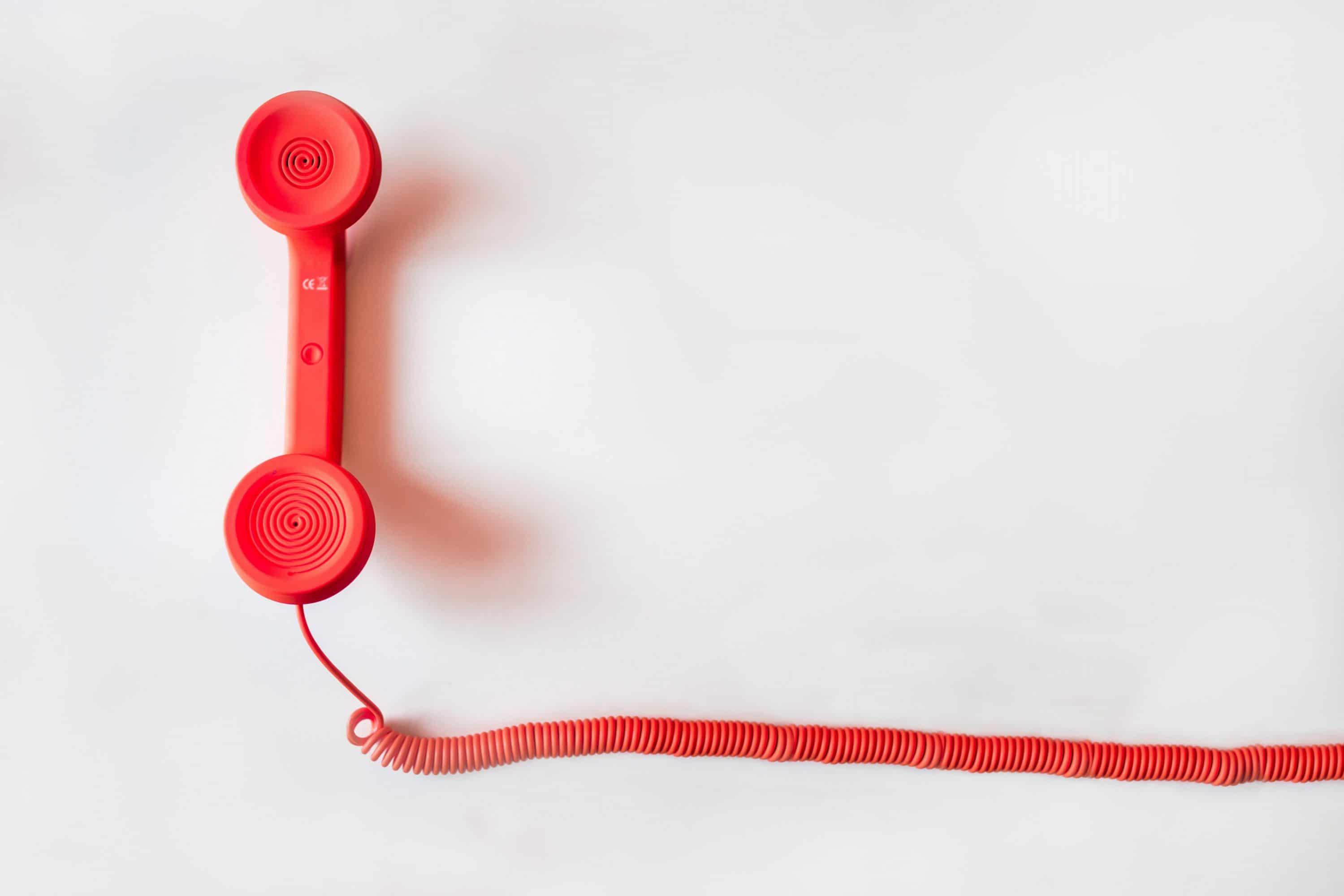 Rotes Telefon. Rufen Sie uns an um Ihr Kfz-Schadengutachten zu besprechen.
